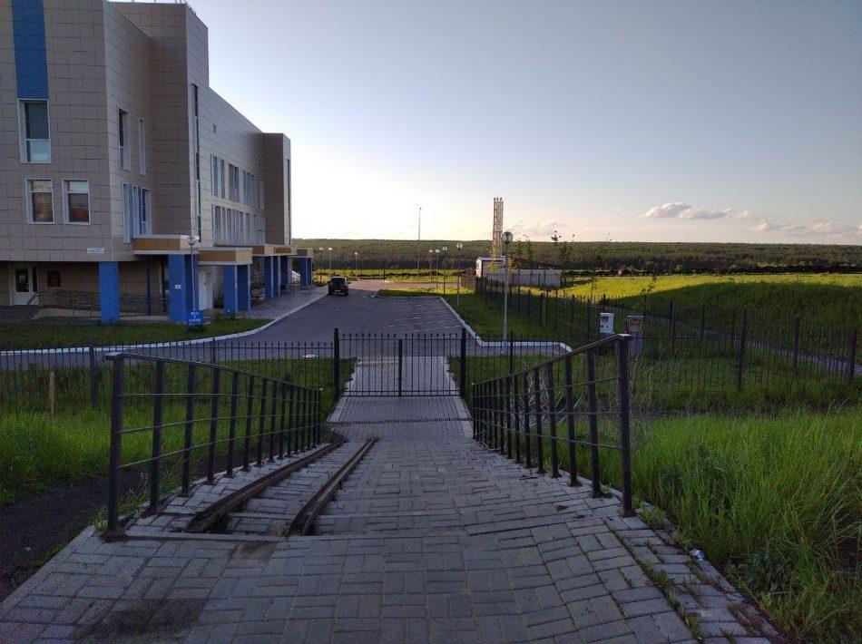 Жители Шилово до новой поликлиники добираются по щебеночной дорожке. На асфальт закончились деньги