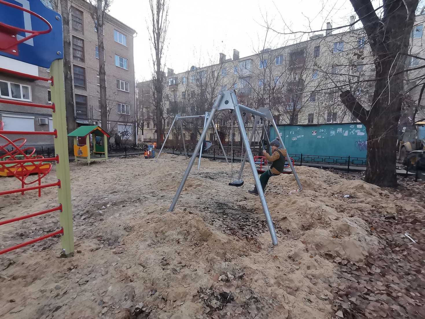 Активисты ОНФ показали на фото, что стало со двором многоэтажки после визита дорожников