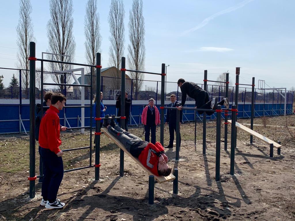 Депутат от «Единой России» оказал содействие в приобретении и установке спортивного комплекса в школе