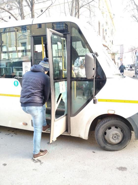 "Фанаты ""Факела"" после матча напали на маршрутку на Комиссаржевской"